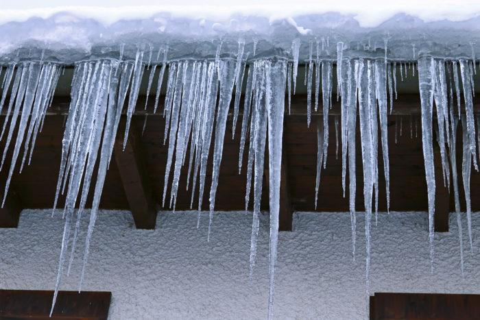 Длинные сосульки на крышах предсказывали долгую весну