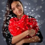 Девушка с плюшевым сердечком в руках