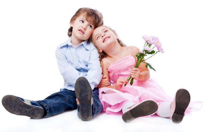 Маленький мальчик и девочка
