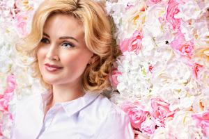 Женщина на фоне цветов 6 марта