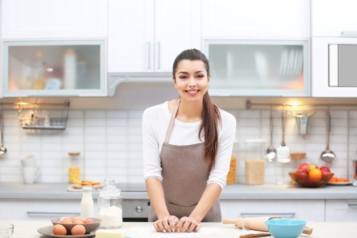 Девушка на кухне печет