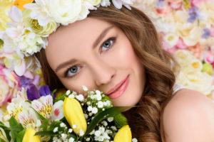 Девушка в венке из цветов