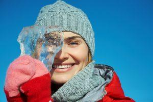 Женщина с кусочком льда
