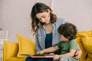 Мама читает книгу сыну