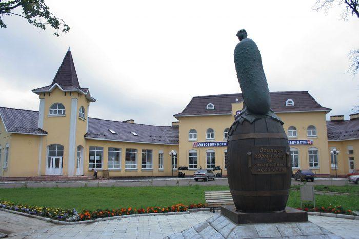 Памятник огурцу в Луховицах
