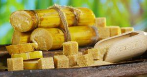 При использовании тростникового сахара есть противопоказания, однако и пользы в нём немало