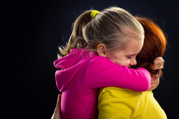 Дочка обнимает маму