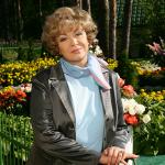 Эдита Пьеха очень любит цветы - они повсюду
