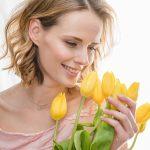 Женщина с букетом тюльпанов