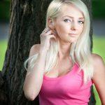 Женщина блондинка у дерева