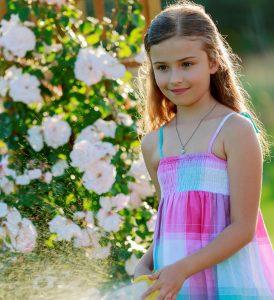 Девочка на фоне цветов