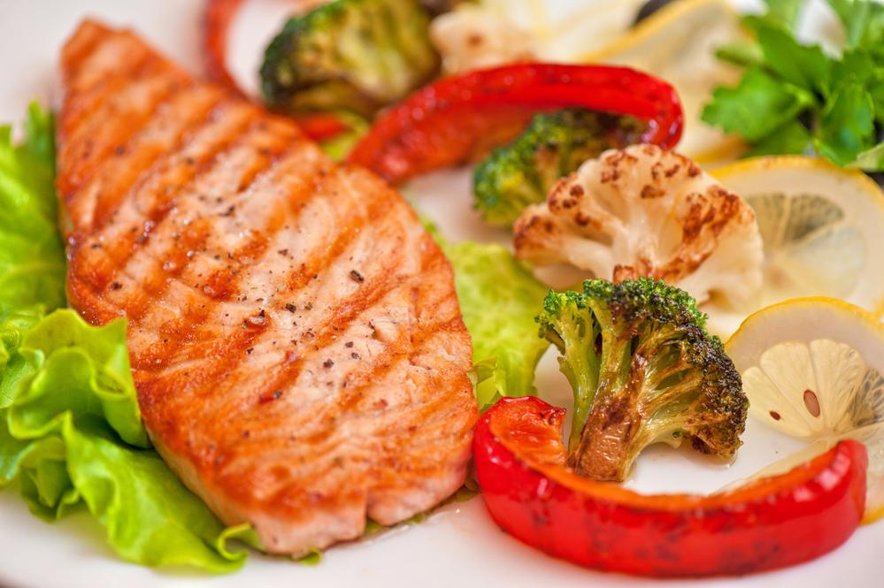 Сочетание цветных овощей и морской рыбы, приготовленных на пару или гриле, - лучший выбор для здорового питания