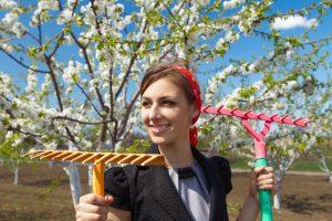 Убраться в саду - первое дело, с которым придётся столкнуться каждому дачнику