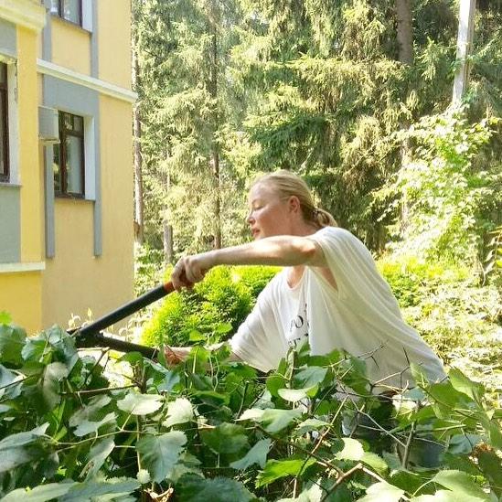 Лариса Вербицкая обрезает растения