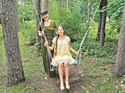 Мельникова с дочкой на даче