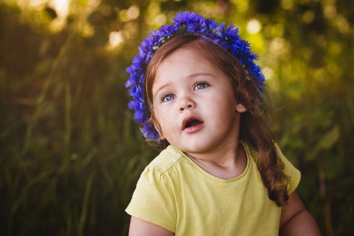 Девочка в венке из васильков