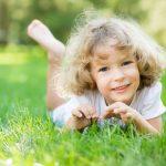 Ребенок на траве
