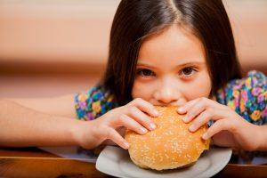 Девочка есть сэндвич
