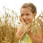 Девочка на поле с колосьями