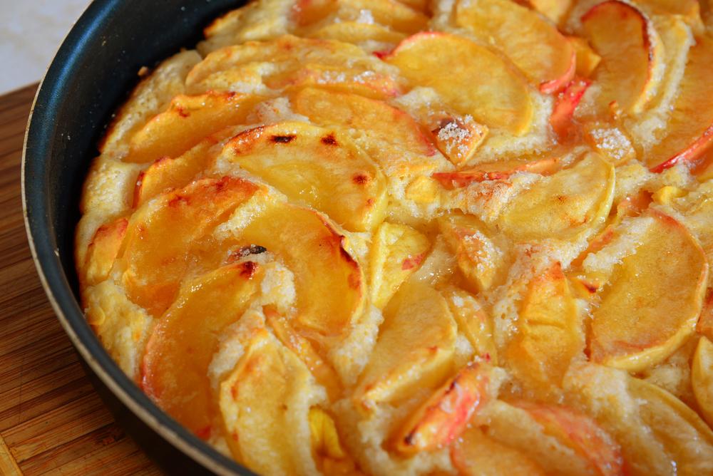 Чтобы яблоки не выделяли много влаги в тесто, их можно карамелизировать