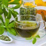 Стевию добавляют в травяные чаи, пьют с лимоном