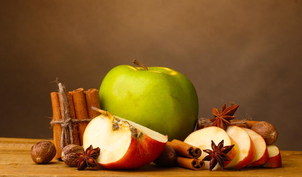 Для шарлотки подходят зеленые упругие яблоки