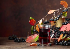 Черноплодная рябина вкусна в виде морса или компота. Можно также делать сок из ягоды