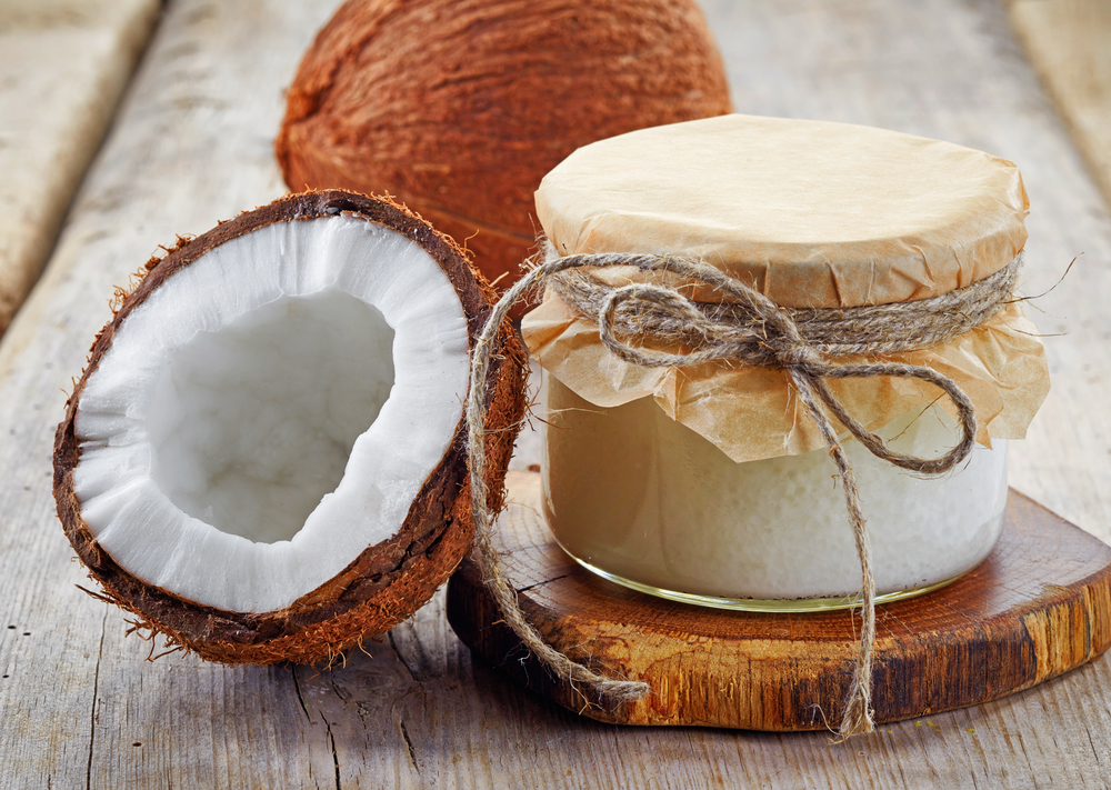 Кокосовое масло можно использовать как крем для лица — растереть на ладонях и промокнуть лицо