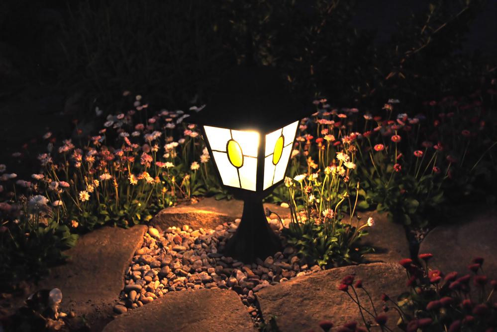 Пригодится освещение и с точки зрения безопасности — ночью на вашем участке будет хорошая видимость.