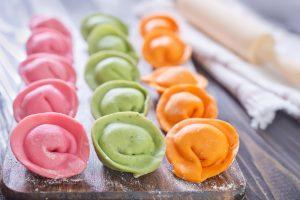 С морковью, шпинатом и свеклой можно сделать цветные пельмени