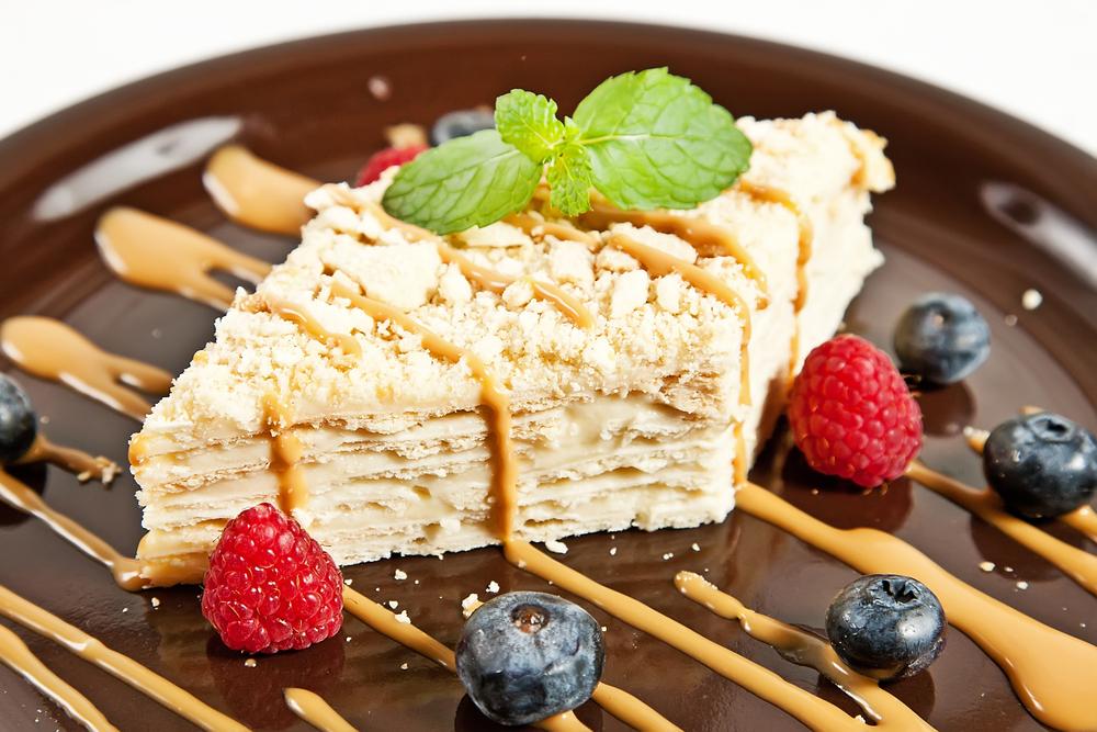 Подают десерт с чаем. Можно украсить торт ягодами или орехами