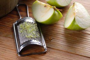 Если блендера нет, измельчить яблоки в пюре можно теркой