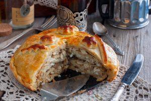 Готовому пирогу дают остыть, чтобы он пропитался