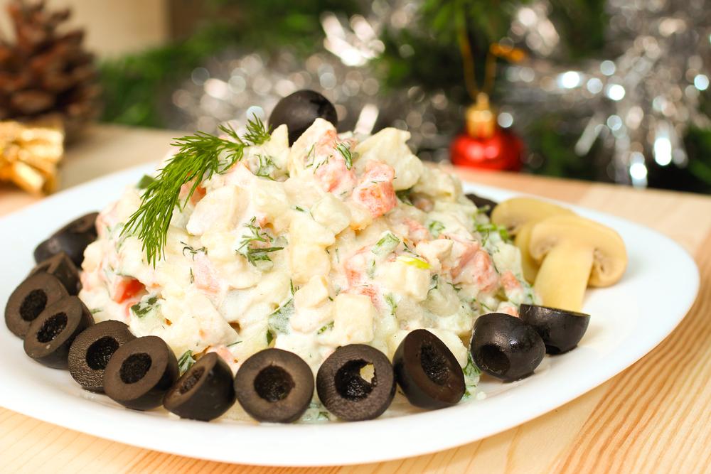 Украсить салат можно зеленью или оливками