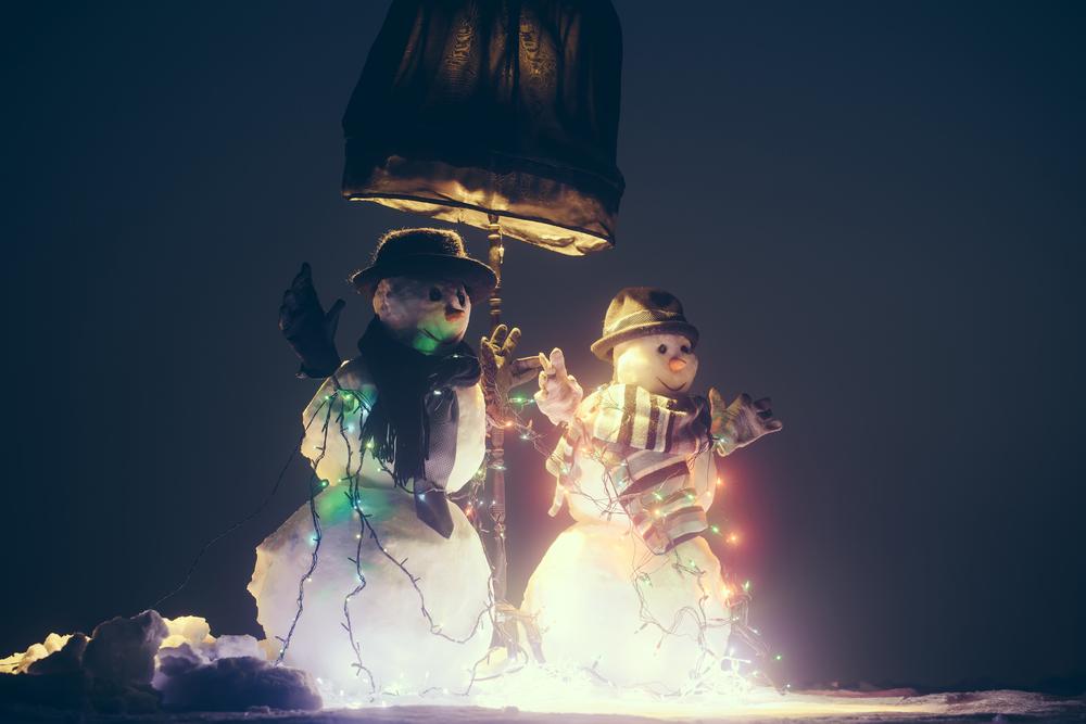 Светодиодной лентой можно украсить не само дерево, а, к примеру, садовые фигуры рядом с ним