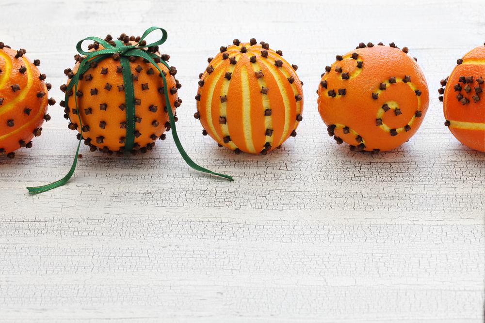 Гвоздикой на мандаринах можно выложить надписи или цифры приходящего года