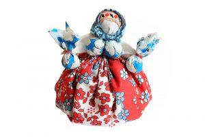 Такую куклу-кубышку можно сделать тем, кто любит зимними вечерами пить ароматный чай