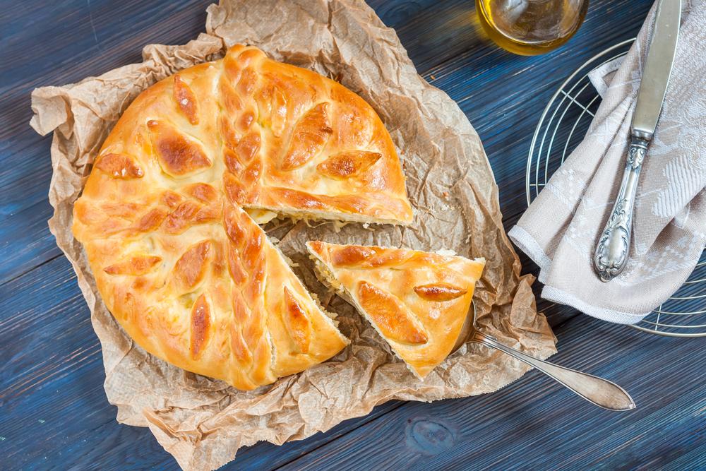 Из обрезков теста можно сделать украшение для пирога