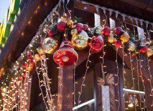 Гирлянды, которые не подходят для елки, подойдут для украшения дома или подсветки, которую можно сделать возле дерева