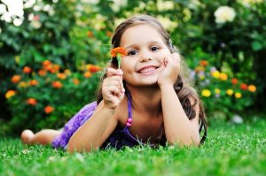 Девочка в траве
