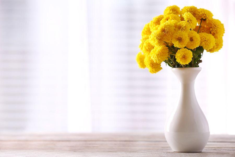 хризантемы в вазе